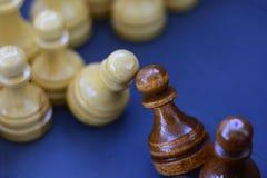 Begrepp av ledarskap, framgång, motivation Schackstycken på brädet Royaltyfria Bilder