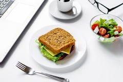 Begrepp av lunch i regeringsställning på arbetsskrivbordet royaltyfria foton