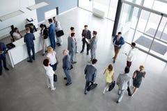 Begrepp av lyckat multietniskt av kollegor på affärsmöte arkivfoton