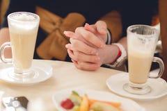 Begrepp av mannen och kvinnliga händer förälskelse och kaffe Fotografering för Bildbyråer
