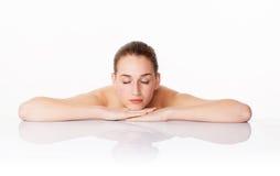 Begrepp av massagen, kvinnlighet och skincare med att koppla av för 20-talkvinna Arkivfoto