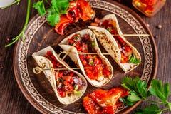 Begrepp av mexicansk kokkonst Mexicanska aptitretaretaco med grönsaker, bönor, paprika, chilipeppar på stekt osyrat bröd royaltyfria bilder