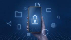 Begrepp av mobil säkerhet med den moderna smarta telefonen i hand med hänglåssymbolen på skärm arkivbild
