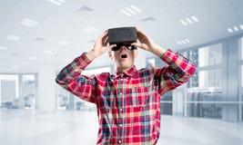 Begrepp av moderna underhållande teknologier med den bärande virtuell verklighetmaskeringen för man Royaltyfri Foto