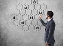 Begrepp av nätverket för internetcybersäkerhet med låset arkivbild