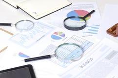 Begrepp av och analysering och sökande av information om affär för framställning av höger dicission Arbetande process på bankkont royaltyfri fotografi