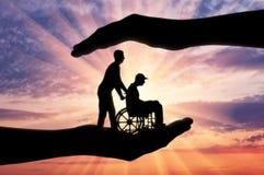 Begrepp av omsorg och omsorg för folk med handikapp i fördjupning arkivfoton