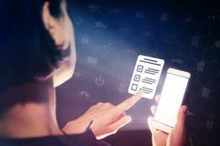 Begrepp av online-provningen, frågeformulär, röstning arkivfoto