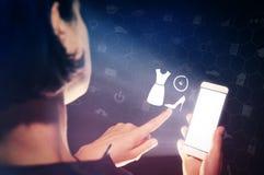 Begrepp av online-shopping, val av stil royaltyfria bilder
