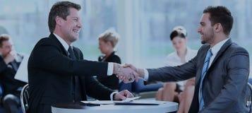 Begrepp av partnerskap - handskakning av affärspartners Royaltyfri Bild
