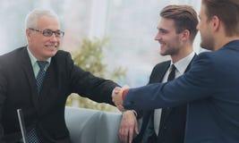Begrepp av partnerskap - handskakning av affärspartners Fotografering för Bildbyråer