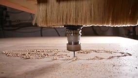 Begrepp av produktion och snickeri Tr? som bearbetar malningmaskinen stock video