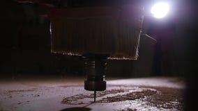 Begrepp av produktion och snickeri Tr? som bearbetar malningmaskinen arkivfilmer