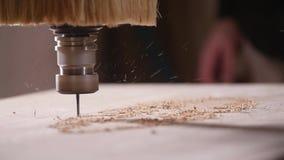 Begrepp av produktion och snickeri Tr? som bearbetar malningmaskinen lager videofilmer