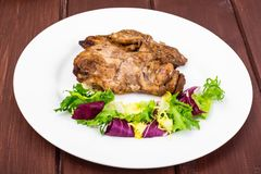 Begrepp av protein-kolhydrat näring Fegt kött med grönsallat fotografering för bildbyråer
