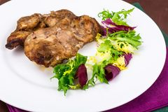 Begrepp av protein-kolhydrat näring Fegt kött med grönsallat royaltyfria bilder
