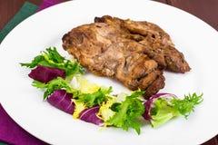 Begrepp av protein-kolhydrat näring Fegt kött med grönsallat arkivbilder