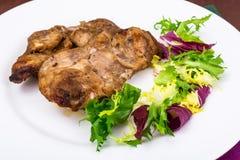 Begrepp av protein-kolhydrat näring Fegt kött med grönsallat arkivfoton