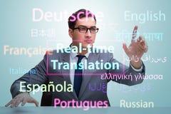 Begrepp av realtidsöversättningen från utländskt språk arkivfoto