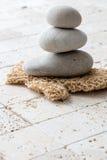 Begrepp av renhet, skönhet och massagen över fengshuikalksten Royaltyfri Foto