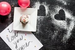 Begrepp av sikten för mörk bakgrund för muffin för dag för valentin` s den bästa Royaltyfria Foton