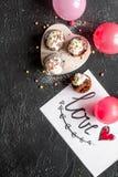 Begrepp av sikten för mörk bakgrund för muffin för dag för valentin` s den bästa Arkivbild