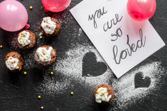 Begrepp av sikten för mörk bakgrund för muffin för dag för valentin` s den bästa Arkivfoton