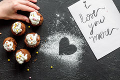 Begrepp av sikten för mörk bakgrund för muffin för dag för valentin` s den bästa Royaltyfri Foto