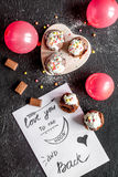 Begrepp av sikten för mörk bakgrund för muffin för dag för valentin` s den bästa Royaltyfri Fotografi