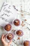 Begrepp av sikten för träbakgrund för muffin för dag för valentin` s den bästa Royaltyfria Foton