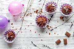 Begrepp av sikten för träbakgrund för muffin för dag för valentin` s den bästa Royaltyfria Bilder