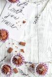 Begrepp av sikten för träbakgrund för muffin för dag för valentin` s den bästa Arkivbilder