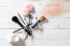 Begrepp av skönhetsmedel och makeup med pulver, skincare och borstar royaltyfri bild