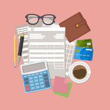 Begrepp av skattbetalning Betalningräkningar, kvitton, fakturerar skrivbordsarbete Pappers- fakturaform, plånbok, kreditkortar, r Arkivbild
