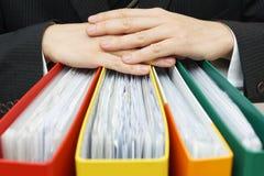 Begrepp av skrivbordsarbete, redovisning, administrationsaffärsmanhåll Royaltyfri Bild