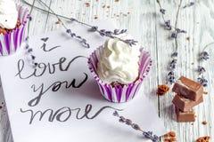 Begrepp av slutet för bakgrund för muffin för dag för valentin` s det träupp Royaltyfria Foton