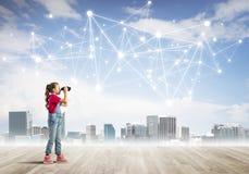 Begrepp av socialt trådlöst anslutnings- och internetbruk för kommunikationen av barn arkivfoto