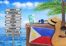 Begrepp av sommarresanden med den gammal resväskan och Filippinerna Arkivbild