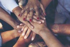 Begrepp av teamwork: Närbild av handaffärslaget som uni visar royaltyfria foton