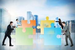 Begrepp av teamwork och partnerskap med businesspeople och pusslet royaltyfri foto