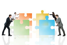 Begrepp av teamwork och partnerskap med businesspeople och pusslet fotografering för bildbyråer