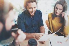 Begrepp av teamworkprocessen på kontoret Lyckligt Coworkersmöte suddighet bakgrund horisontal royaltyfri bild