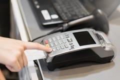 Begrepp av teknologi i köpande, utan att använda kassa Slut upp av handbrukskreditkorten som nallar maskinen för att betala arkivbild