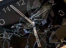Begrepp av tid med en klocka med den brutna klocka-framsidan Royaltyfria Bilder