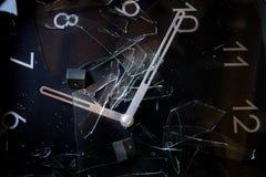 Begrepp av tid med en klocka med den brutna klocka-framsidan Arkivbild