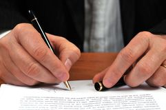 Begrepp av underteckning av ett avtal arkivfoto