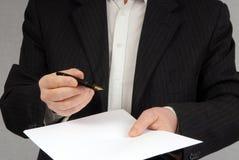 Begrepp av underteckning av ett avtal royaltyfri bild