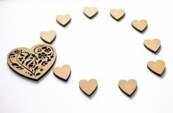 Begrepp av våren, förälskelse, känslor, lightness, mjukhet Lyckliga valentin dag! Rund ram av trähjärtor på vit bakgrund royaltyfria foton