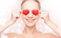 Begrepp av valentin dag. kvinna med en röd hjärta på ögon arkivbilder