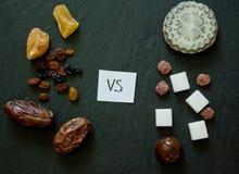 Begrepp av valet mellan sunda naturliga sötsaker och konstgjort Royaltyfri Bild